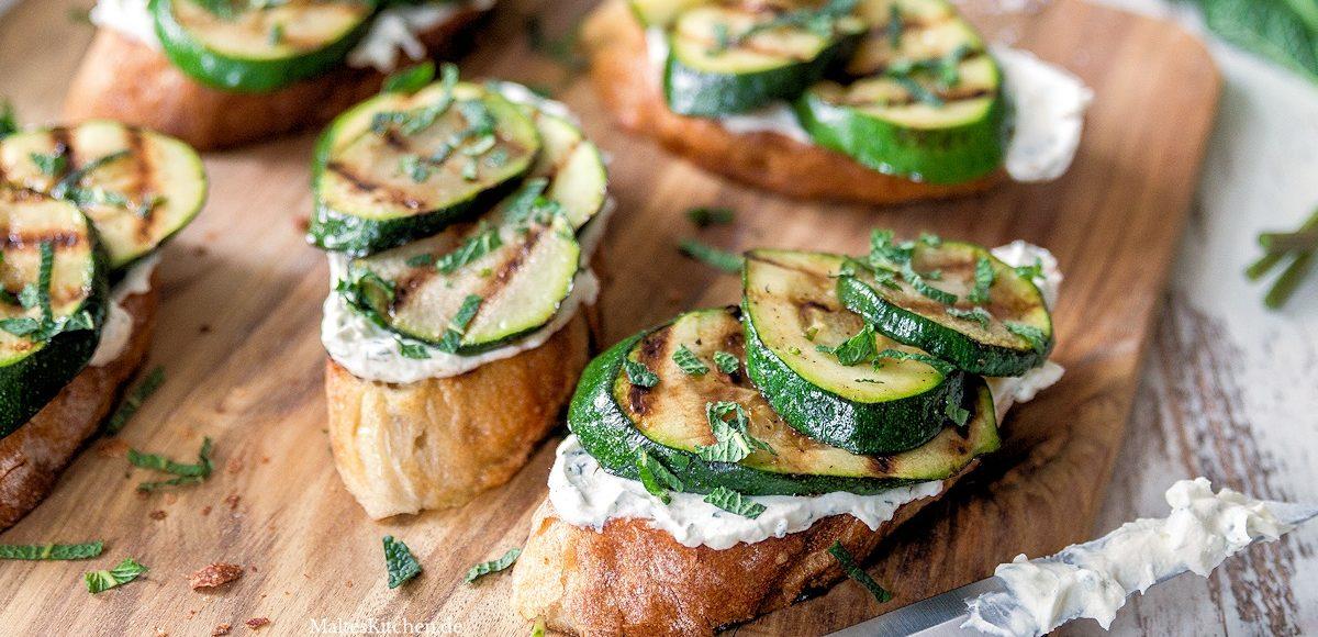 Rezept für Bruschetta mit gegrillter Zucchini und Ricotta-Creme