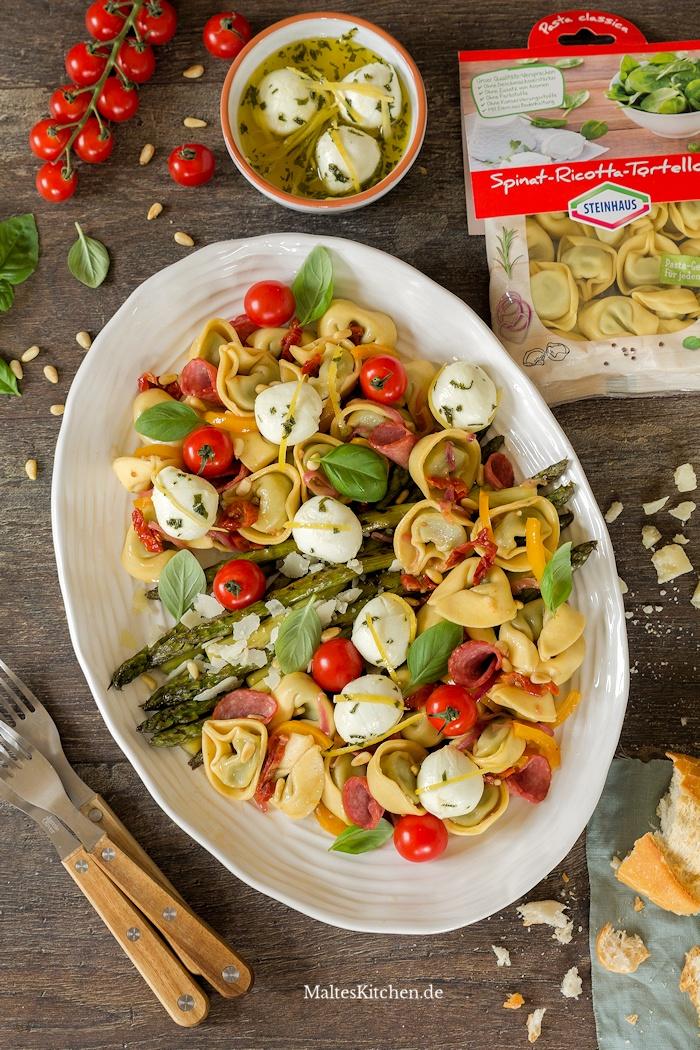 Tortelloni-Salat mit grünem Spargel