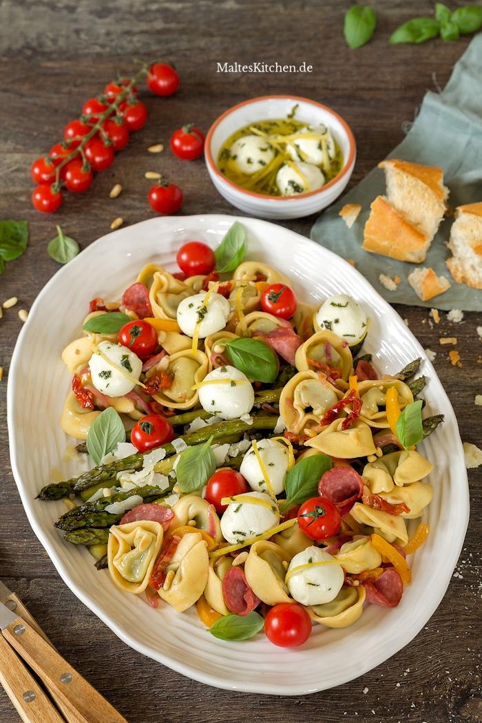 Leckerer Antipasti-Tortelloni-Salat mit grünem Spargel