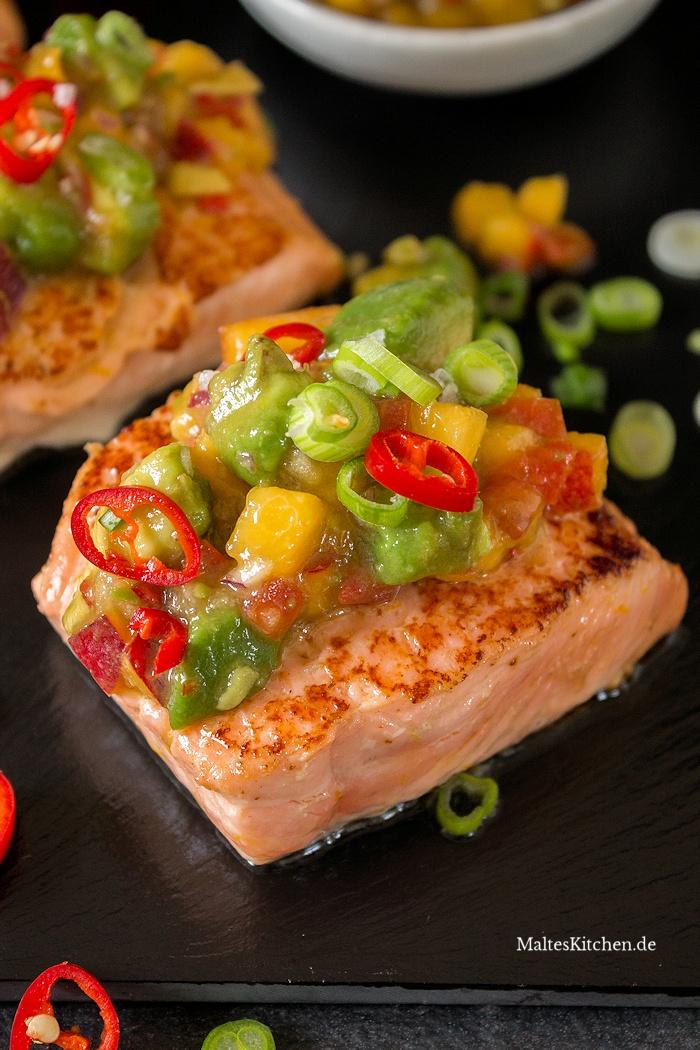 Saftigs Lachsfilet mit Avocado-Nektarinen-Salsa