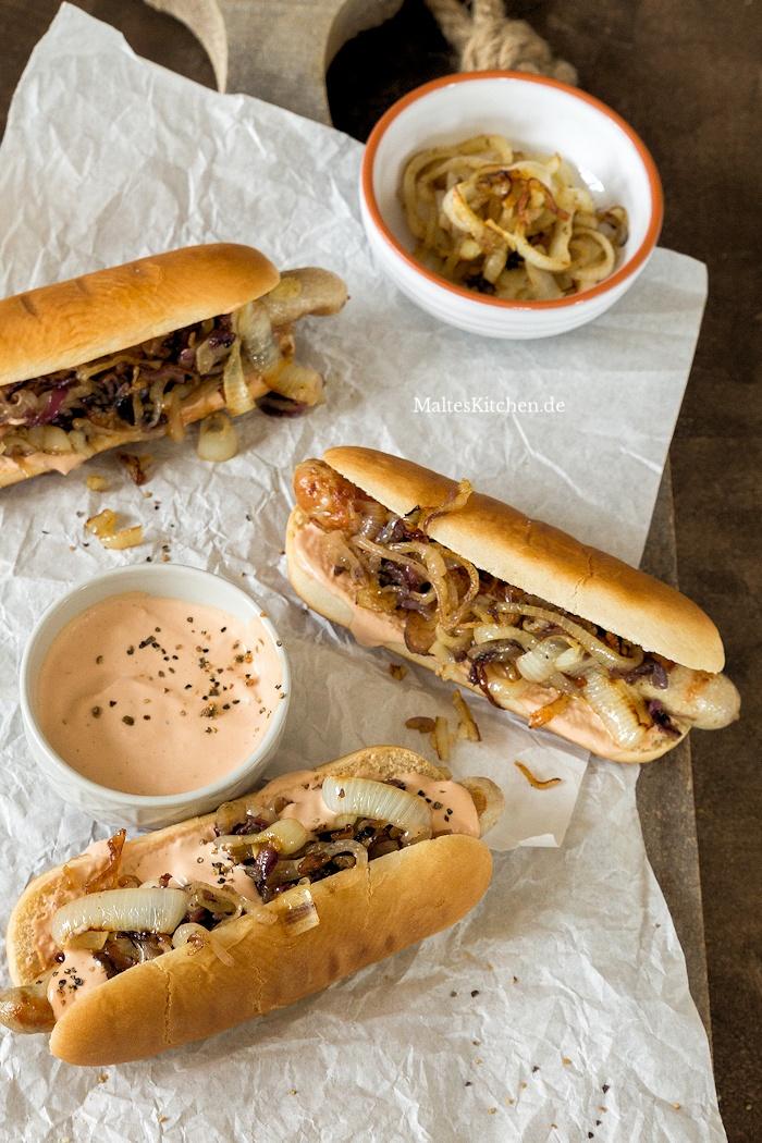 Hot Dogs mit Bratwurst und Zwiebeln