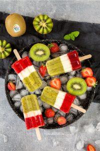 Popsicle mit Kiwi-Erdbeer-Joghurt Geschmack