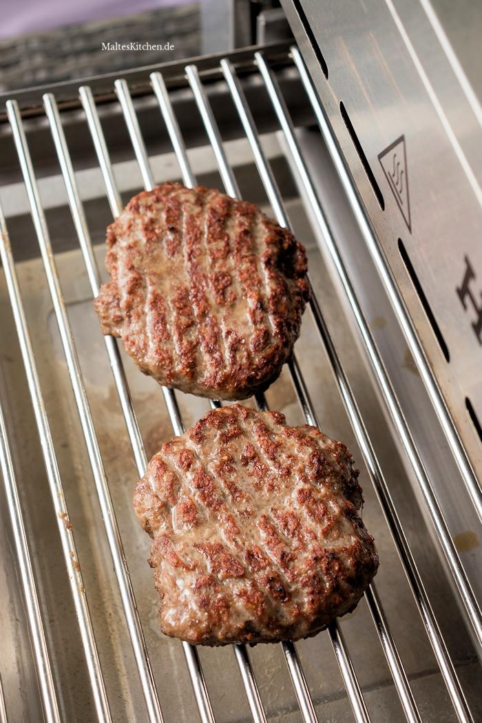 Burger Pattys auf dem Meateor Helios grillen