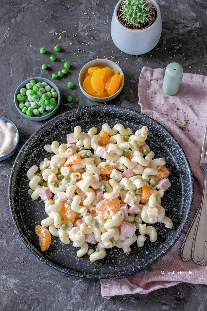 Nudelsalat mit Mandarinen und Erbsen