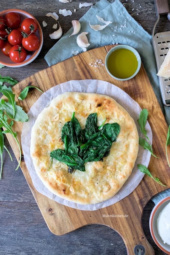 Pizza mit Bergkäse und Spinat