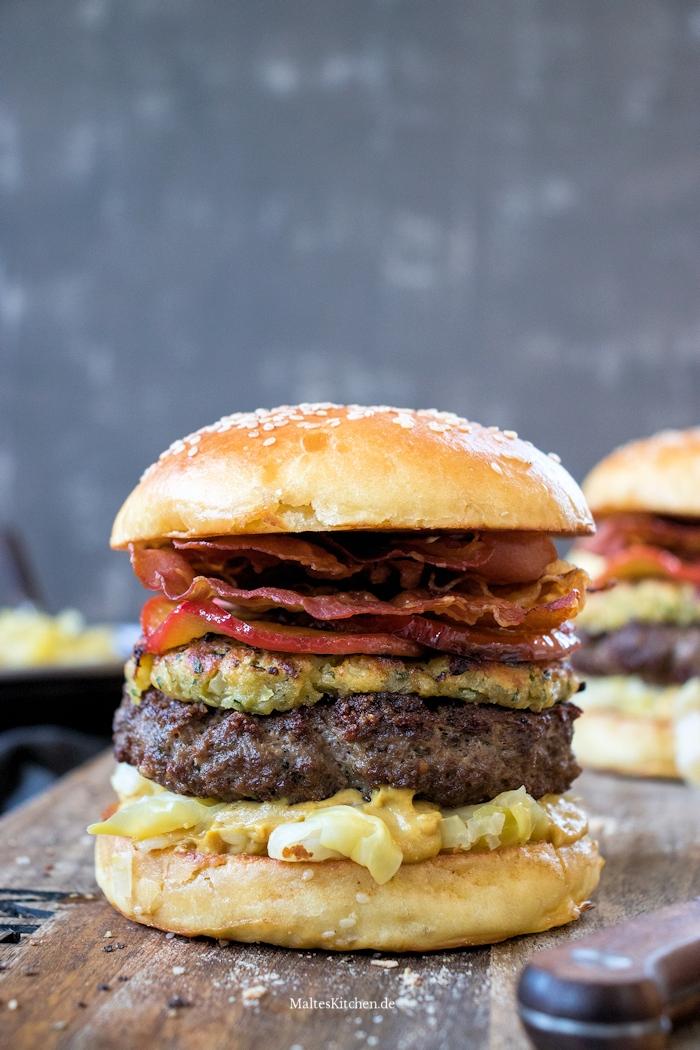 Burger mit Zwiebel-Senf-Kruste und Spitzkohl
