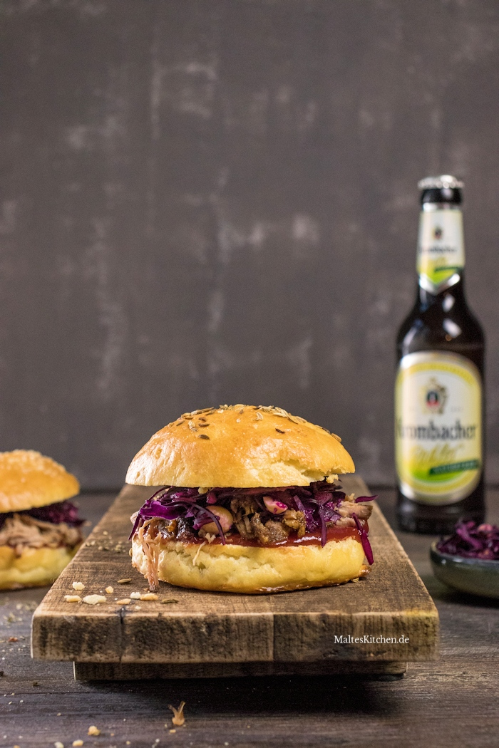 Saftiger Pulled Pork Burger mit Rotkohlsalat und Cranberry-Ketchup