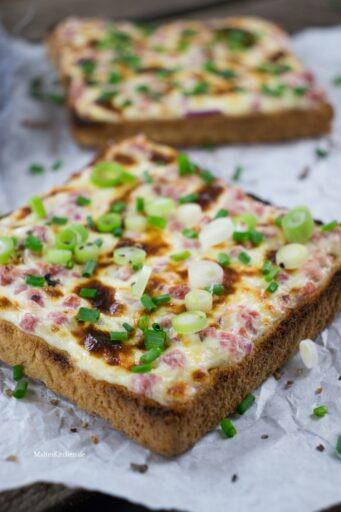 Lecker Flammkuchen auf Toast als Snack perfekt