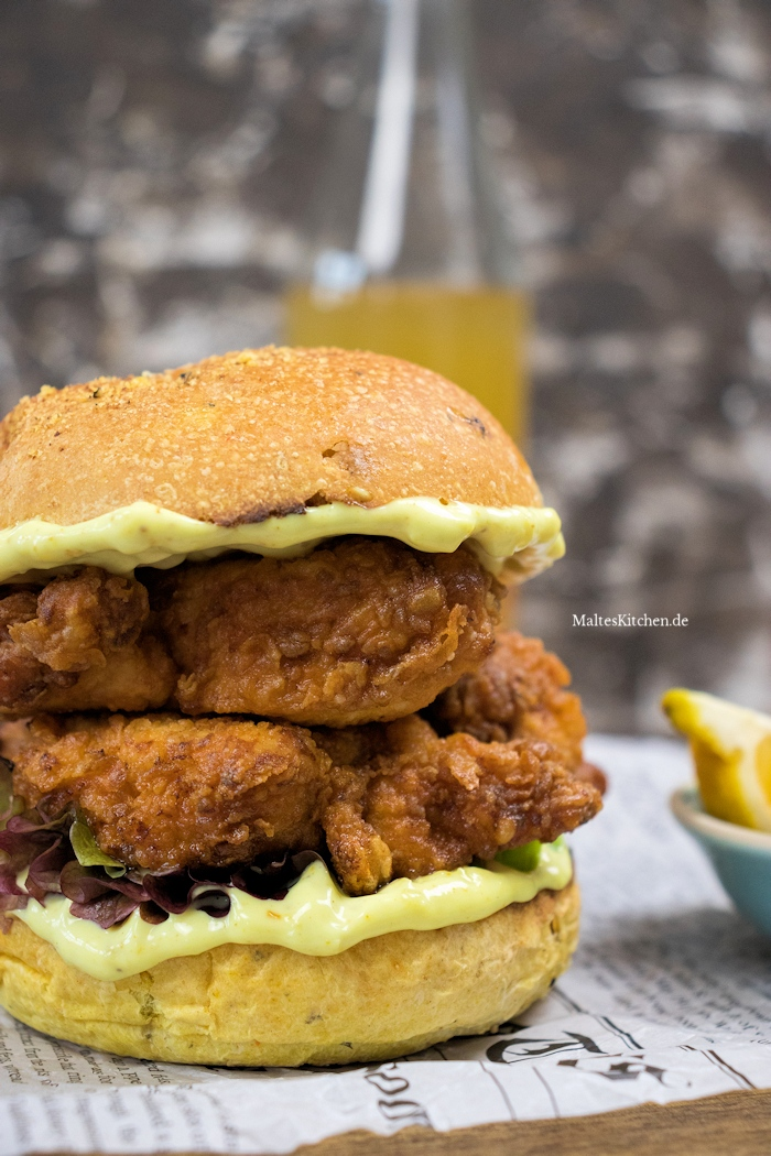 Saftiges Fried Chicken auf einem Burger