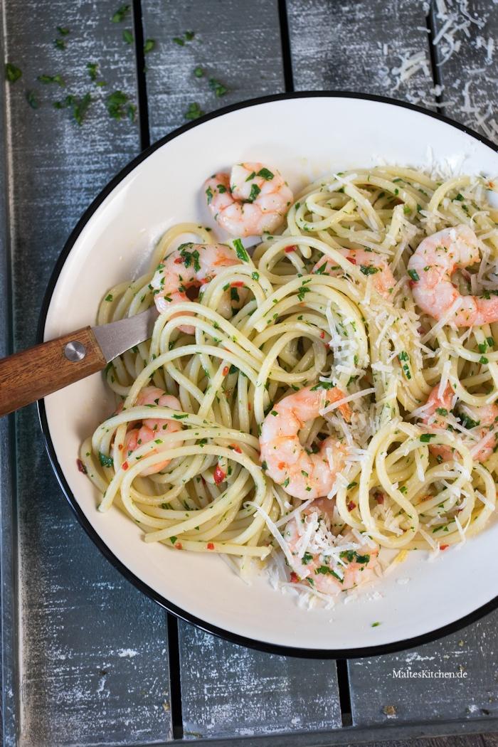 Leckere Spaghetti mit Knoblauch. Chili und Garnelen