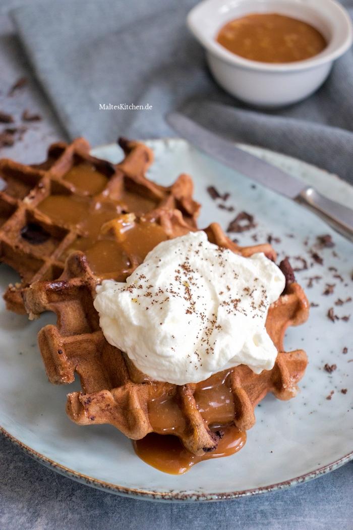 Brownie-Waffeln mit Karamellsauce und Sahne