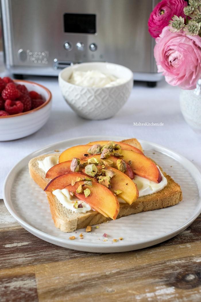 Leckerer Toast mit Nektarinen und Pistazien