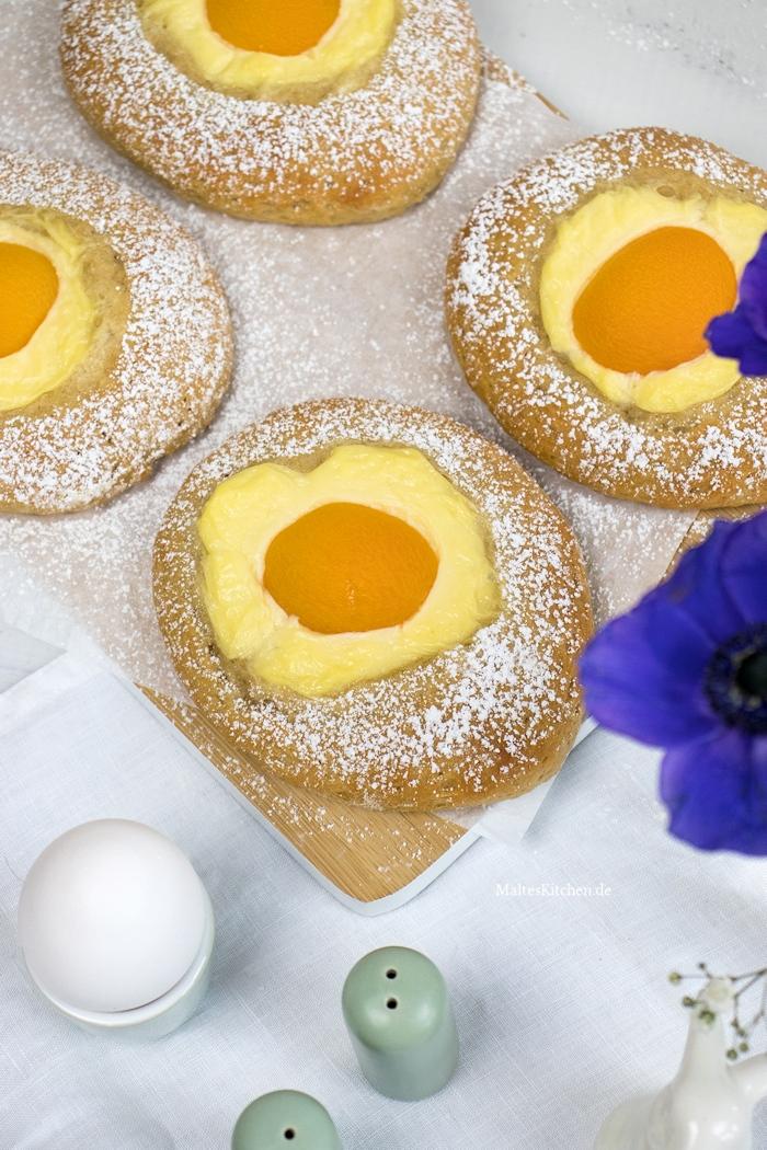 Hübsche süße Spiegeleier mit Pudding und Aprikose