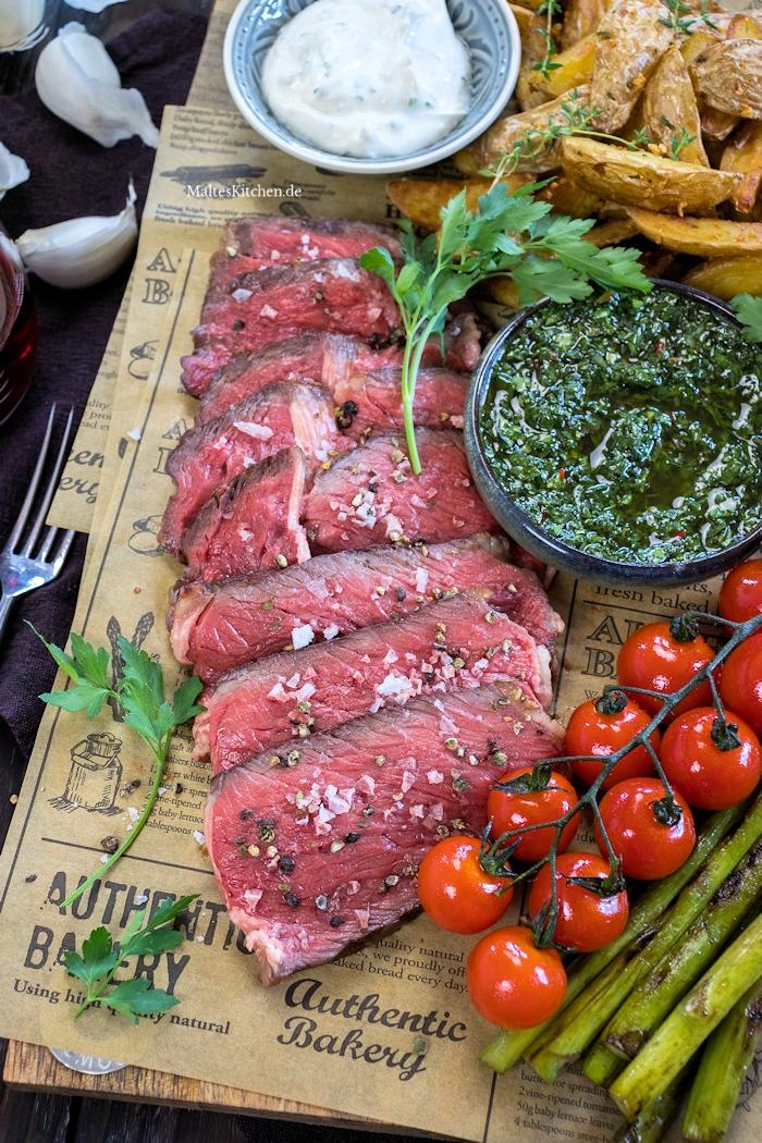 Tomahawk Steak mit Kartoffelspalten und Spargel