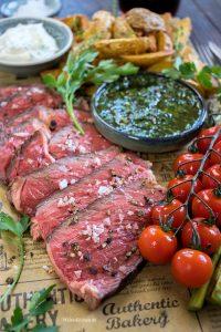 Rosa gegartes Tomahawk Steak