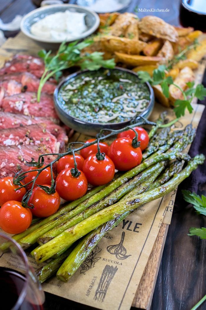 Grüner Spargel und gebratenen Tomaten