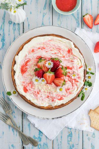 Käsekuchen mit Erdbeeren und Erdbeersahne