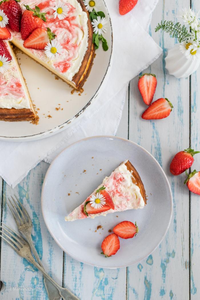 Leckerer Käsekuchen mit Erdbeeren und Sahne