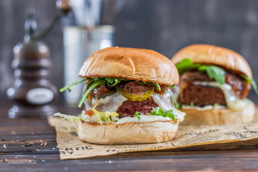 Beyond Meat Burger mit karamellisierten Zwiebeln, Taleggio und Aiolicreme