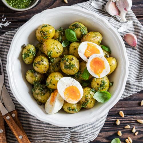 Kartoffelsalt mit Basilikumpesto und gekochten Eiern