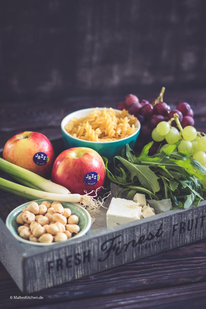 Zutaten für meinen Nudelsalat mit Äpfeln, Trauben und Nüssen