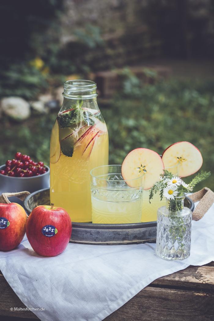Selbstgemachte Limonade mit Äpfeln und Minze