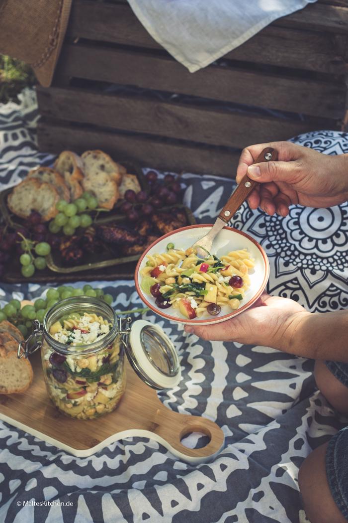 Sommerlicher Nudelsalat mit JAZZ Äpfeln und Nüssen