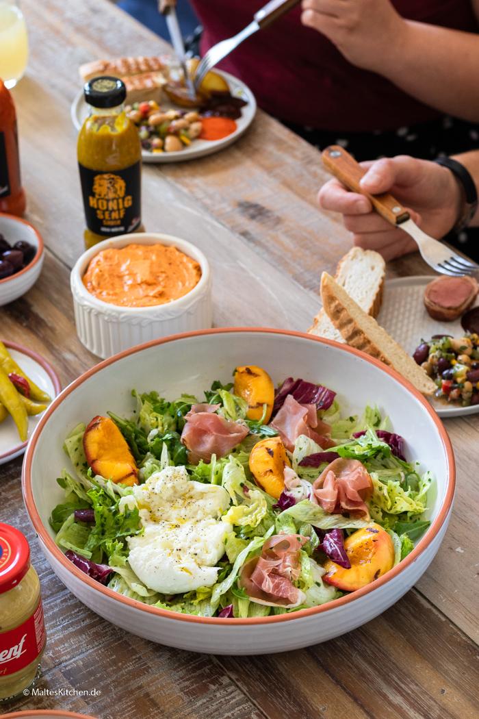 Super leckerer Blattsalat mit Nektarinen und Mozzarella