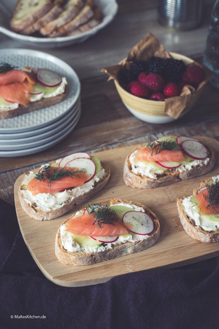 Leckere Crostini mit Ziegenfrsichkäse und Lachs und Gurke