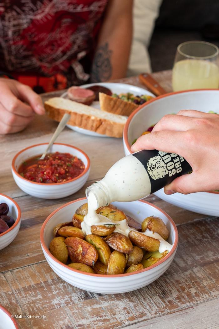 Gebratene Kartoffeln mit Sour Creme Sauce von Löwensenf