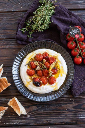 Im Ofen geröstete Honigtomaten mit Joghurt und Fladenbrot