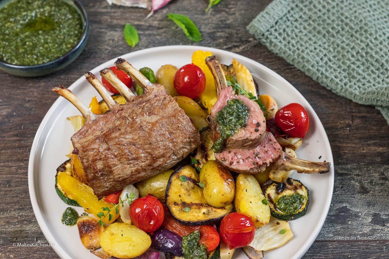 Rezept für ein Lammkarree mit Minzpesto und gegrilltem Gemüse
