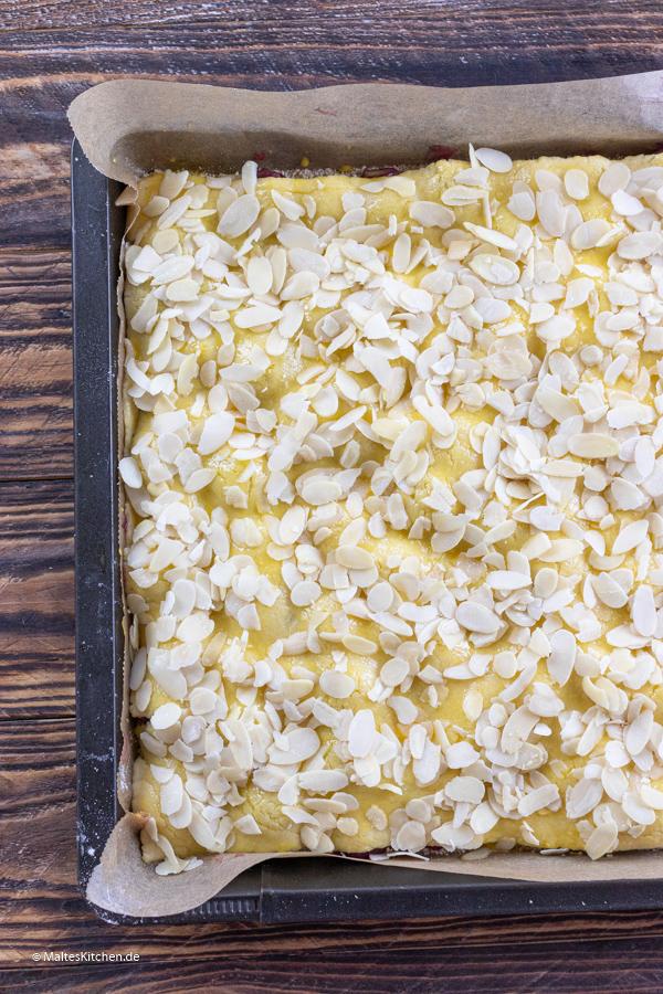 Der Kirschkuchen bekommt Mandelblättchen als Decke