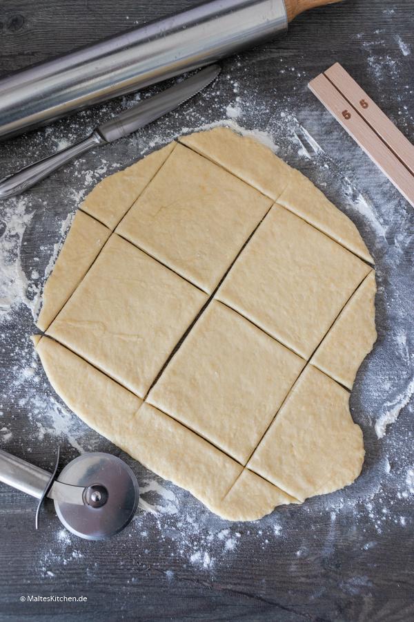 Der Teig wird ausgerollt und geschnitten