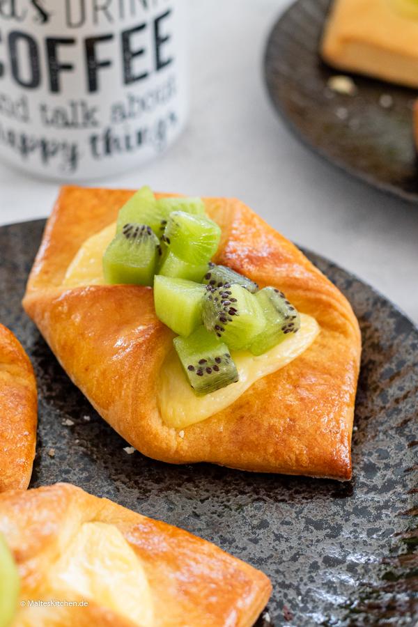 Leckere Puddingteilchen mit Kiwiw