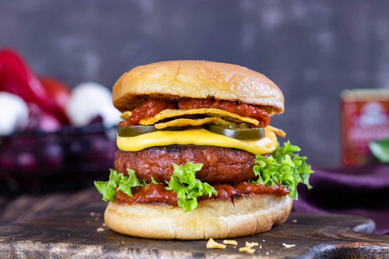 Wonder Burger mit Käsesauce und Tomaten-Paprika-Salsa