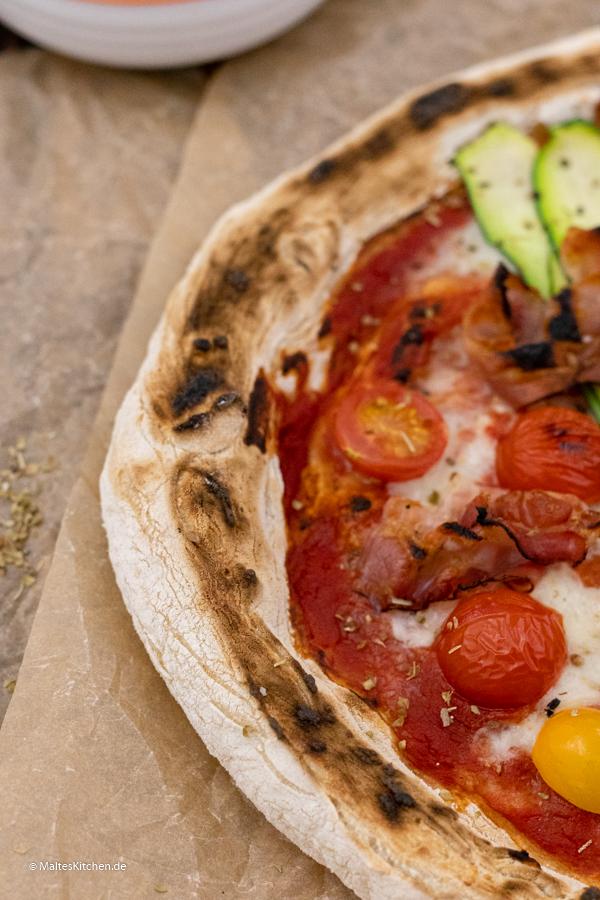 Pizza Neapolitana mit knusprigem Rand
