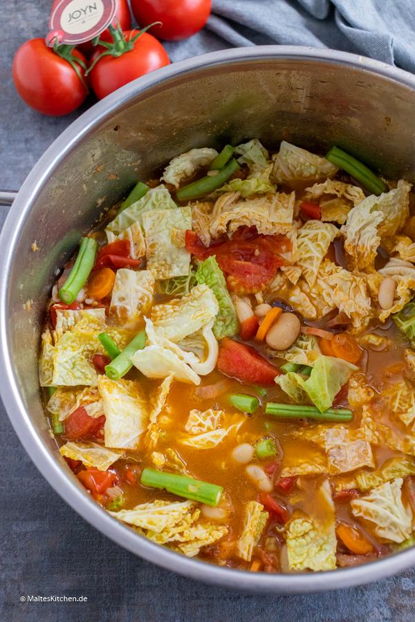 Gemüseeintopf mit Wirsing und Tomaten