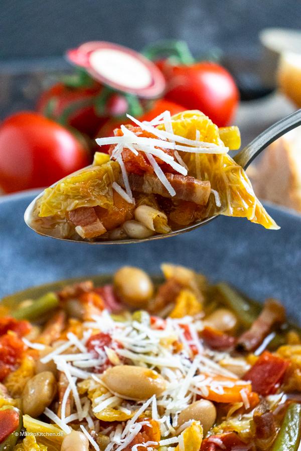 Leckere Gemüsesuppe mit Speck und Tomaten
