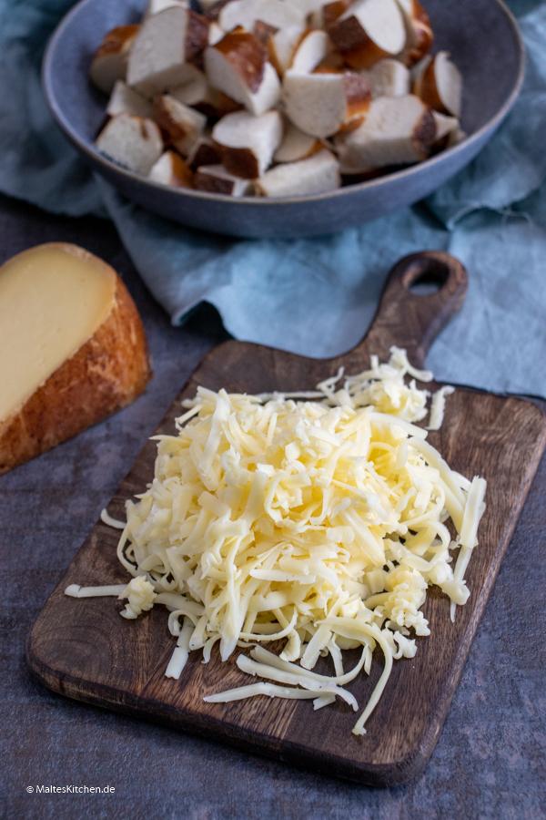Geriebener Käse für die Zwiebelsuppe
