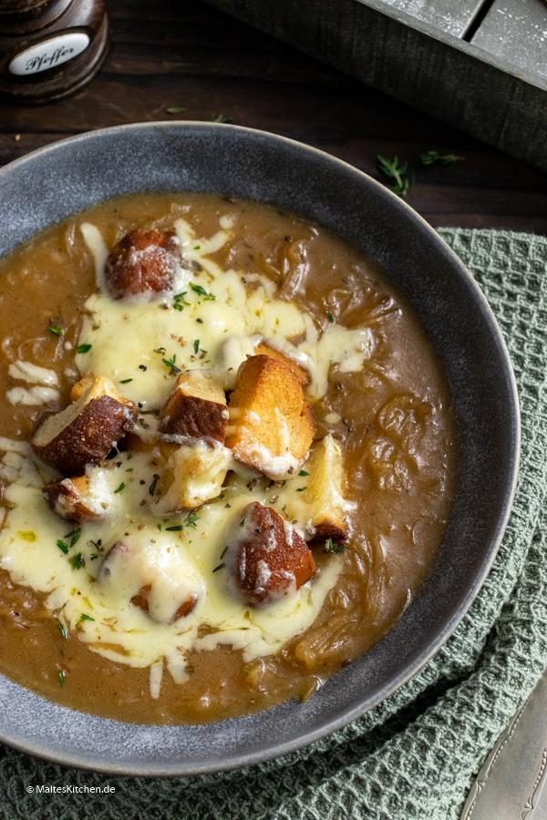 Super leckere Zwiebelsuppe mit Bier und Käse