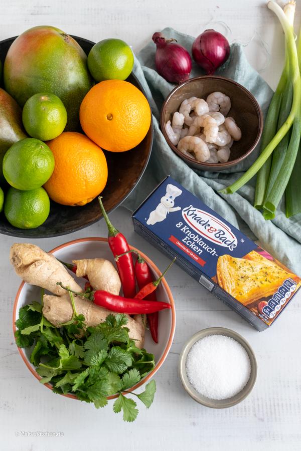 Die Zutaten für die Knoblauch-Ecken mit Garnelen und Mango-Salsa