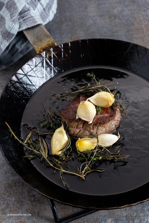 Das Steak wird scharf angebraten, um schöne Röststoffe zu erreichen