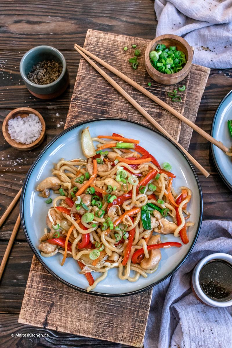 Yaki Udon Nudeln mit Hähnchen und Gemüse