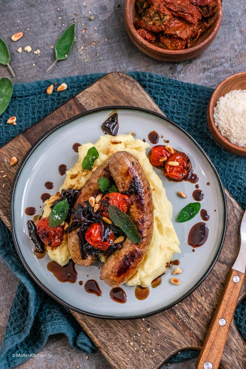 Italienische Wurst mit Kartoffelbrei und Balsamico-Zwiebeln