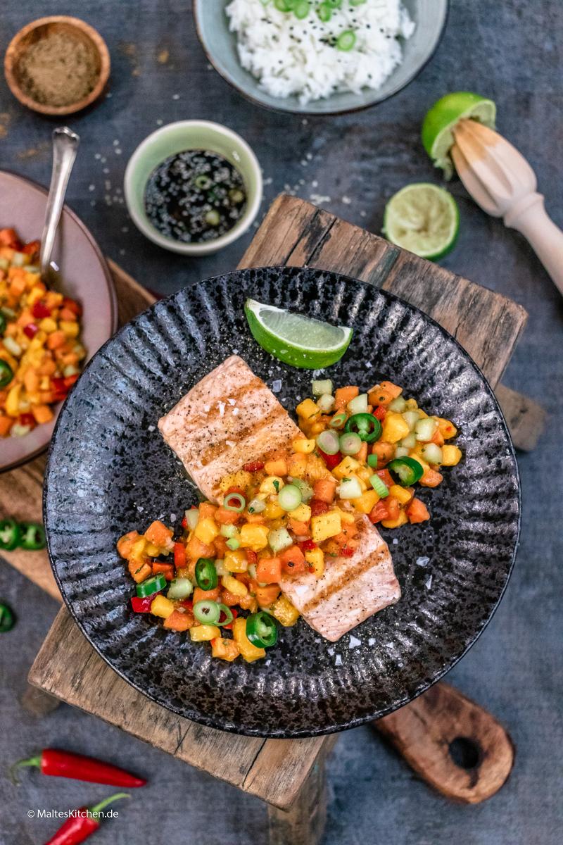 Saftig gegrillter Lachs mit Papaya-Mango-Salsa