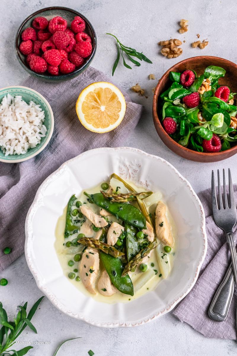 Leihtes Hühnerfrikasse mit Gemüse und Salat