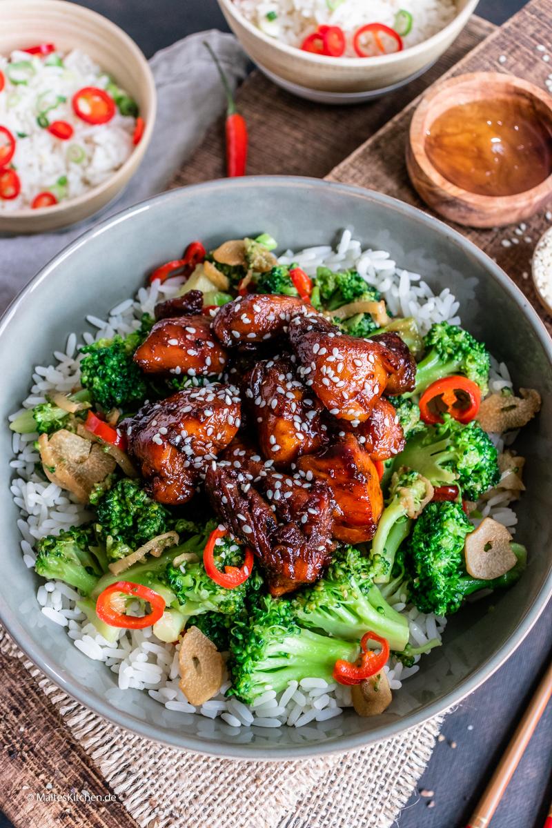 Hähnchen aus dem Wok mit Brokkoli und Reis