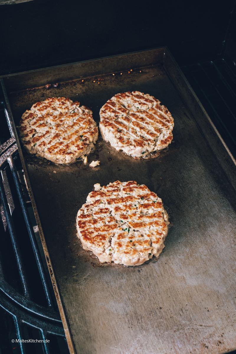 Fleisch auf der Grillplatte grillen.