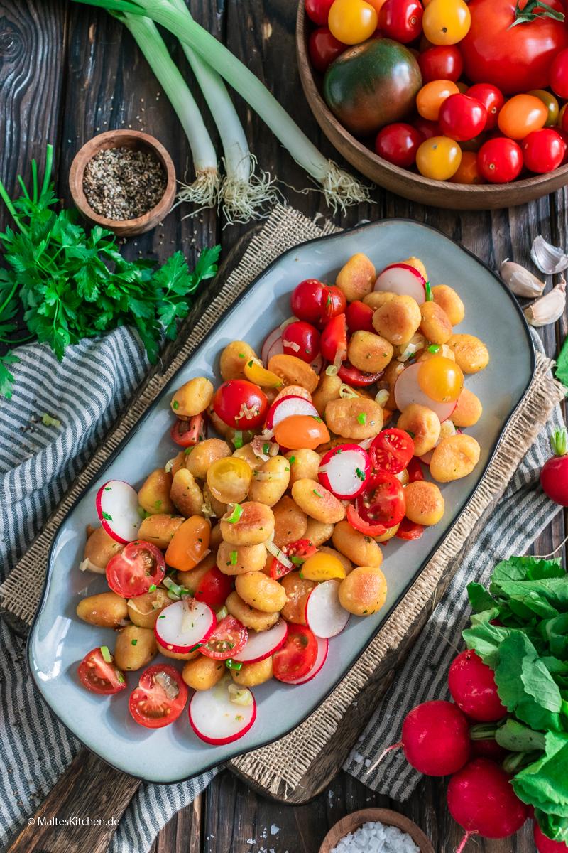 Knusprige Gnocchi mit Tomaten-Radieschen-Salat